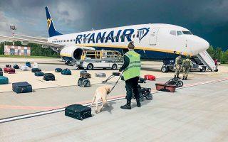 Η πτήση FR4978 της ιρλανδικής εταιρείας Ryanair ξεκίνησε από την Αθήνα με προορισμό το Βίλνιους της Λιθουανίας. Πολεμικό αεροσκάφος MIG-29 συνόδευε το αεροπλάνο της Ryanair από τη στιγμή που μπήκε στον εναέριο χώρο της Λευκορωσίας, ώστε να το εκτρέψει προς το Μινσκ (φωτ. EPA / ONLINER.BY ).