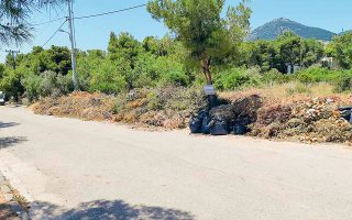 Στους Θρακομακεδόνες, οι δρόμοι είναι γεμάτοι από κλαδέματα τα οποία έχουν ξεραθεί και είναι πολύ επικίνδυνα, επιτείνοντας την αγωνία των κατοίκων της περιοχής, καθώς με το παραμικρό μπορεί να ανάψει φωτιά μέσα στον οικισμό.