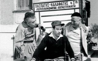 Ο Θανάσης Βέγγος ως δοσατζής στην ελληνική ταινία του 1959 «Οι δοσατζήδες». Οι λεγόμενοι δοσάδες περνούσαν κάθε μήνα από τα νοικοκυριά και εισέπρατταν τις οικονομίες τους, προκειμένου να αγοράσουν έπιπλα, κουρτίνες, λευκά είδη, ακόμα και εγκυκλοπαίδειες. Οι νεότερες γενιές δεν τα γνώρισαν αυτά.