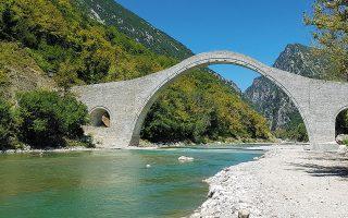 Το ιστορικό γεφύρι απέκτησε ξανά την παλιά του μορφή.