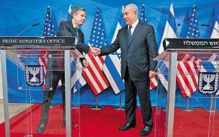 Mε συνάντηση με τον Ισραηλινό πρωθυπουργό Μπέντζαμιν Νετανιάχου εγκαινίασε την αποστολή του στη Μέση Ανατολή ο υπουργός Εξωτερικών των ΗΠΑ, Αντονι Μπλίνκεν. Στόχος του είναι η εδραίωση της εκεχειρίας και η ανοικοδόμηση της Γάζας (φωτ. Menahem Kahana/Pool via REUTERS).