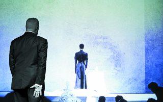 Σκηνή από το αυτοβιογραφικό one-man show του Αμερικανού σκηνοθέτη Μπομπ Ουίλσον «Εχετε ξανάρθει; Οχι, είναι η πρώτη φορά». Στέγη του Ιδρύματος Ωνάση, 6 Ιουνίου 2013.  Φωτ. VASSILIS MAKRIS