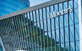 Η συμμετοχή στο πρόγραμμα PEPP της ΕΚΤ, τα πολύ υψηλά ταμειακά διαθέσιμα της ελληνικής κυβέρνησης και η πολύ μακρά μέση διάρκεια του ελληνικού χρέους εξαλείφουν τους κινδύνους στη διαχείριση του χρέους της Ελλάδας, τονίζει η Moody's (φωτ. Shutterstock).