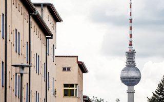 Εν μέσω αντιδράσεων για τις υψηλές τιμές ενοικίων και προ της εξαγοράς, σε συνάντηση με τον δήμαρχο του Βερολίνου, ο επικεφαλής της Vonovia προσφέρθηκε να πουλήσει περίπου 20.000 διαμερίσματα στον δήμο του Βερολίνου και να ανεγείρει 13.000 νέα, θέτοντας ανώτατο όριο στην αύξηση ενοικίου.