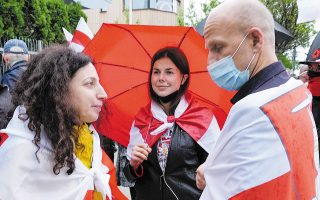 Διαδηλωτές υπέρ της απελευθέρωσης του Ρομάν Προτάσεβιτς, έξω από την πρεσβεία της Λευκορωσίας στην πρωτεύουσα της Πολωνίας, Βαρσοβία (φωτ. A.P.).
