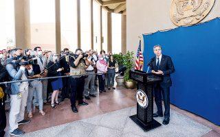 Ο ΥΠΕΞ των ΗΠΑ Αντονι Μπλίνκεν απευθύνει χαιρετισμό προς το διπλωματικό προσωπικό της αμερικανικής πρεσβείας στο Κάιρο, κατά τη χθεσινή επίσκεψή του στην Αίγυπτο (φωτ. REUTERS).
