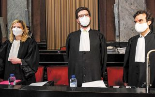 Oι συνήγοροι της Ευρωπαϊκής Επιτροπής κατά την έναρξη της χθεσινής ακροαματικής διαδικασίας, στις Βρυξέλλες (φωτ. EPA).