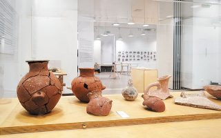 Το μυστήριο των σπασμένων ειδωλίων της Κέρου και ευρήματα από τον προϊστορικό οικισμό του Δασκαλιού παρουσιάζονται στην έκθεση «δες Απέναντι. Εναν οικισμό στην Κέρο 4.500 χρόνια πριν», που άνοιξε στην Πινακοθήκη του Δήμου Αθηναίων με δωρεάν είσοδο για το κοινό.