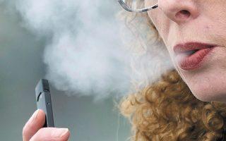 Μελέτη έδειξε ότι όσοι χρησιμοποιούσαν ηλεκτρονικά τσιγάρα είχαν πέντε φορές μεγαλύτερη πιθανότητα να διαγνωστούν με COVID-19 (φωτ. A.P. Photo/Craig Mitchelldyer).