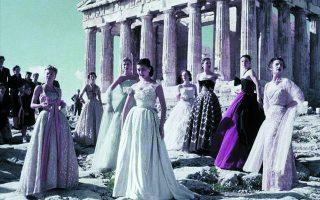Από τη φωτογράφιση του οίκου Dior το 1951. Ο Παρθενών συνυπήρξε με την κομψότητα της εποχής, όπως και με τα πληθωρικά κάλλη της Τζέιν Μάνσφιλντ.
