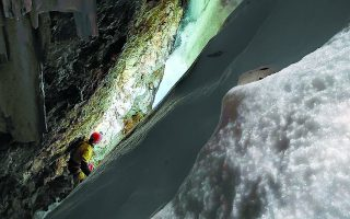 Οι χιονοστιβάδες από το λιώσιμο των πάγων άλλαξαν δραματικά τη μορφολογία στο εσωτερικό του σπηλαίου. Φωτ. ΓΙΩΡΓΟΣ ΣΩΤΗΡΙΑΔΗΣ