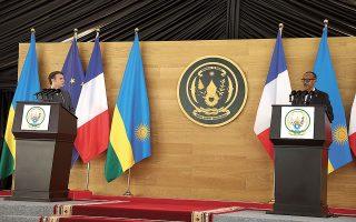 Ο Εμανουέλ Μακρόν και ο πρόεδρος της Ρουάντας, Πολ Καγκάμε, στην κοινή συνέντευξη Τύπου που παρέθεσαν στο προεδρικό μέγαρο, στο Κιγκάλι. «Αυτή η επίσκεψη δεν αφορά το παρελθόν, αλλά το μέλλον», δήλωσε ο Καγκάμε (φωτ. EPA)