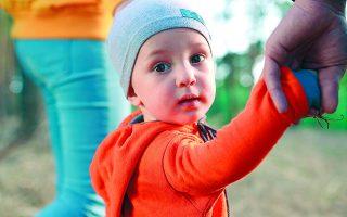 Σήμερα στην Ελλάδα 1.569 παιδιά μεγαλώνουν σε κλειστές δομές παιδικής προστασίας. Ελπίζουν να βρεθεί ένα χέρι που θα τα βγάλει από εκεί.  Φωτ. SHUTTERSTOCK