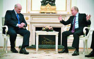Ο Βλαντιμίρ Πούτιν αντιμετωπίζει ένα πρόβλημα: Πόσο μεγάλο πολιτικό κεφάλαιο μπορεί να ξοδέψει συνεχίζοντας να υποστηρίζει τον Αλεξάντερ Λουκασένκο;  Φωτ. Alexander Nemenov / Pool Photo / A.P.