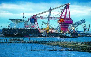 Το πλοίο «Φορτούνα», που συμμετέχει στην κατασκευή του υποθαλάσσιου τμήματος του αγωγού Nord Stream 2, στο λιμάνι του Βίσμαρ. Η Αναλένα Μπέρμποκ, υποψήφια καγκελάριος των Πρασίνων, αντιτίθεται στην κατασκευή του.  Φωτ. Jens Buettner / dpa / A.P.