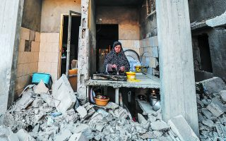 Παλαιστίνια φτιάχνει καφέ στην... κουζίνα του σπιτιού της στην πόλη Μπέιτ Χανούν, στα βόρεια της Λωρίδας της Γάζας. Στον «πόλεμο» που έληξε πριν από λίγες ημέρες δεν υπήρξε νικητής και γι' αυτό ίσως έχει ανοίξει ένα περιθώριο για δημιουργική διπλωματία, όπως συνέβη μετά τον πόλεμο του 1973. Φωτ. EPA / MOHAMMED SABER