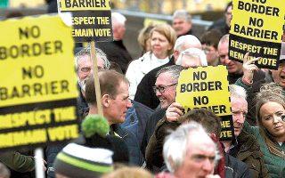 Στιγμιότυπο από παλαιότερη διαδήλωση στη Βρετανία κατά των συνοριακών περιορισμών για πολίτες από χώρες-μέλη της Ε.Ε. (φωτ. REUTERS)