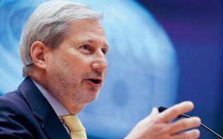 Ο επίτροπος Προϋπολογισμού Γιοχάνες Χαν δήλωσε ότι «όλα τα εναπομείναντα βήματα μπορούν να ολοκληρωθούν εντός του Μαΐου, τα οποία θα μας επιτρέψουν να θέσουμε σε λειτουργία το NextGenerationEU (επίσημη ονομασία του Ταμείου) και να αρχίσουμε να δανειζόμαστε στις κεφαλαιαγορές ήδη από τον Ιούνιο» (φωτ. EPA).