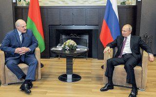 Ασφυκτικά απομονωμένος από τη διεθνή κοινότητα ύστερα από την προκλητική αεροπειρατεία, ο Αλεξάντερ Λουκασένκο προσήλθε χθες στο Σότσι της Μαύρης Θάλασσας, αναζητώντας σανίδα σωτηρίας από τον Βλαντιμίρ Πούτιν (φωτ. Sputnik/Mikhail Klimentyev/Kremlin).