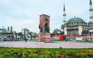 Τα εγκαίνια του τζαμιού στην πλατεία Ταξίμ της Κωνσταντινούπολης  –πλατεία-σύμβολο για τους κεμαλιστές, στο μέσον της οποίας δεσπόζει μνημείο για τον Ατατούρκ– αποτελούν άλλο ένα βήμα προς την ισλαμοποίηση της Τουρκίας. Φωτ. ΜΑΝΩΛΗΣ ΚΩΣΤΙΔΗΣ