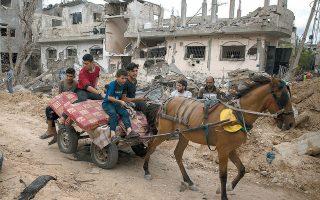 Παλαιστίνιοι με τα υπάρχοντά τους πάνω σε άμαξα στο βομβαρδισμένο Μπέιτ Χανούν, στο βόρειο τμήμα της Λωρίδας της Γάζας (φωτ. A.P. Photo/Khalil Hamra).