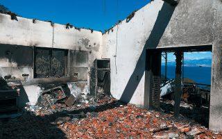Κατοικία έχει καταστραφεί ολοκληρωτικά από τη φωτιά, που εκτιμάται ότι έκαψε περισσότερα από 40.000 στρέμματα δασικής έκτασης (φωτ. INTIME NEWS).