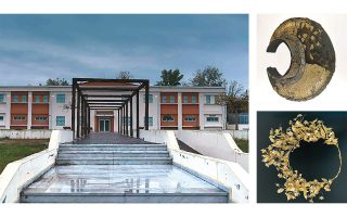 Το κτίριο του μουσείου στον Μακρύγιαλο Πιερίας. Στην περιοχή έχουν βρεθεί, μεταξύ άλλων, σιδερένιο επιτραχήλιο με διακόσμηση ασημένιου επιχρυσωμένου ελάσματος, β΄ μισό 4ου αιώνα (επάνω), χρυσό στεφάνι μυρτιάς, β΄ μισό 4ου αιώνα (κάτω).