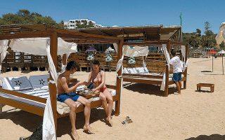 Ο τουριστικός κλάδος αντιστοιχεί στο 15% της πορτογαλικής οικονομίας, ενώ οι επισκέπτες στην πλειονότητά τους προέρχονται από τη Βρετανία.