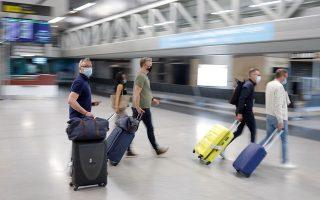 Τουρίστες στο αεροδρόμιο της Μάλαγας, στην Ισπανία (φωτ. REUTERS/Jon Nazca).