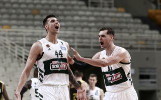 Με 23 πόντους του Ντίνου Μήτογλου (αριστερά) και 20 του Μάριο Χεζόνια ο Παναθηναίκός έκανε το 2-1 επί της ΑΕΚ στα ημιτελικά της Basket League (φωτ.: ΙΝΤΙΜΕ).