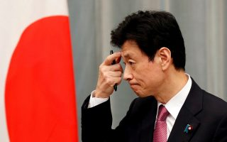 Πολύ ανήσυχος εμφανίστηκε την Παρασκευή ο υπουργός Οικονομίας της Ιαπωνίας Γιασουτόσι Νισιμούρα (φωτ.: Reuters).