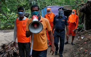Φωτ: REUTERS/Rupak De Chowdhuri - Εθελοντές προειδοποιούν μέσω μεγαφώνων τους κατοίκους να εγκαταλείψουν τα σπίτια τους