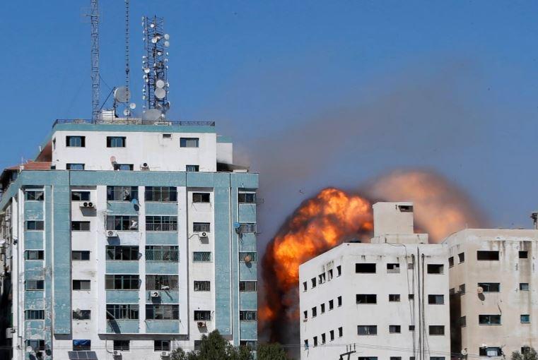 katerreyse-polyorofo-ktirio-sti-gaza-opoy-stegazontai-to-associated-press-kai-to-al-jazeera2