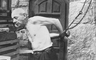 Φωτ. αρχείου: AP /U.S. Army Signal Corps - Οι κρατούμενοι στο Γκούζεν έμεναν αλυσοδεμένοι  για τρεις ημέρες χωρίς φαγητό ή νερό ως τιμωρία επειδή προσπάθησαν να «κλέψουν» μια γόπα τσιγάρου ή δεν έβγαζαν αρκετά γρήγορα το κασκέτο τους όταν περνούσε στρατιωτικός των SS