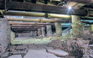 Η απόφαση προκάλεσε την έντονη αντίδραση των φορέων που τάσσονταν υπέρ της διατήρησης in situ των αρχαιοτήτων, ενώ η «Αττικό Μετρό» επισημαίνει ότι έτσι «απελευθερώνεται το έργο» (φωτ. INTIME NEWS).