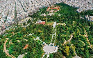 Αεροφωτογραφία του Πεδίου του Άρεως. Σε πρώτο πλάνο διακρίνεται η πλατεία με το αναψυκτήριο Γαρδένια, βορειότερα οι εγκαταστάσεις του Άλσους και στο βάθος η Σχολή Ευελπίδων και νυν δικαστήρια. ©SHUTTERSTOCK