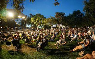 Στιγμιότυπο από την περυσινή εμφάνιση του Διονύση Σαββόπουλου, με το πρόγραμμα «Στο Woodstock εγώ - ήμουν εδώ», στον Κήπο του Μεγάρου (φωτ. HARIS AKRIVIADIS).