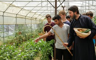 Περήφανοι για την παραγωγή τους, οι μικροί αγρότες του γεωργικού σχολείου στην Πωγωνιανή Ιωαννίνων ξεναγούν στο θερμοκήπιο τον πατέρα Αντώνιο Παπανικολάου. Εμπειροι δάσκαλοι τους μυούν στα μυστικά του πρωτογενούς τομέα.