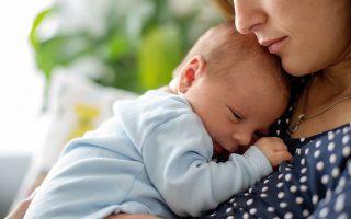 Αμερικανοί επιστήμονες εντόπισαν στο μητρικό γάλα την τοξική χημική ουσία PFAS, η οποία δεν διασπάται στον ανθρώπινο οργανισμό (φωτ. Shutterstock)