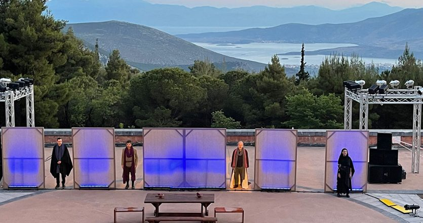 Η παράσταση «Ευριπίδης μαινόμενος» του Χριστόφορου Χριστοφή παρουσιάστηκε με φόντο το υπέροχο τοπίο που εποπτεύουν οι Δελφοί.