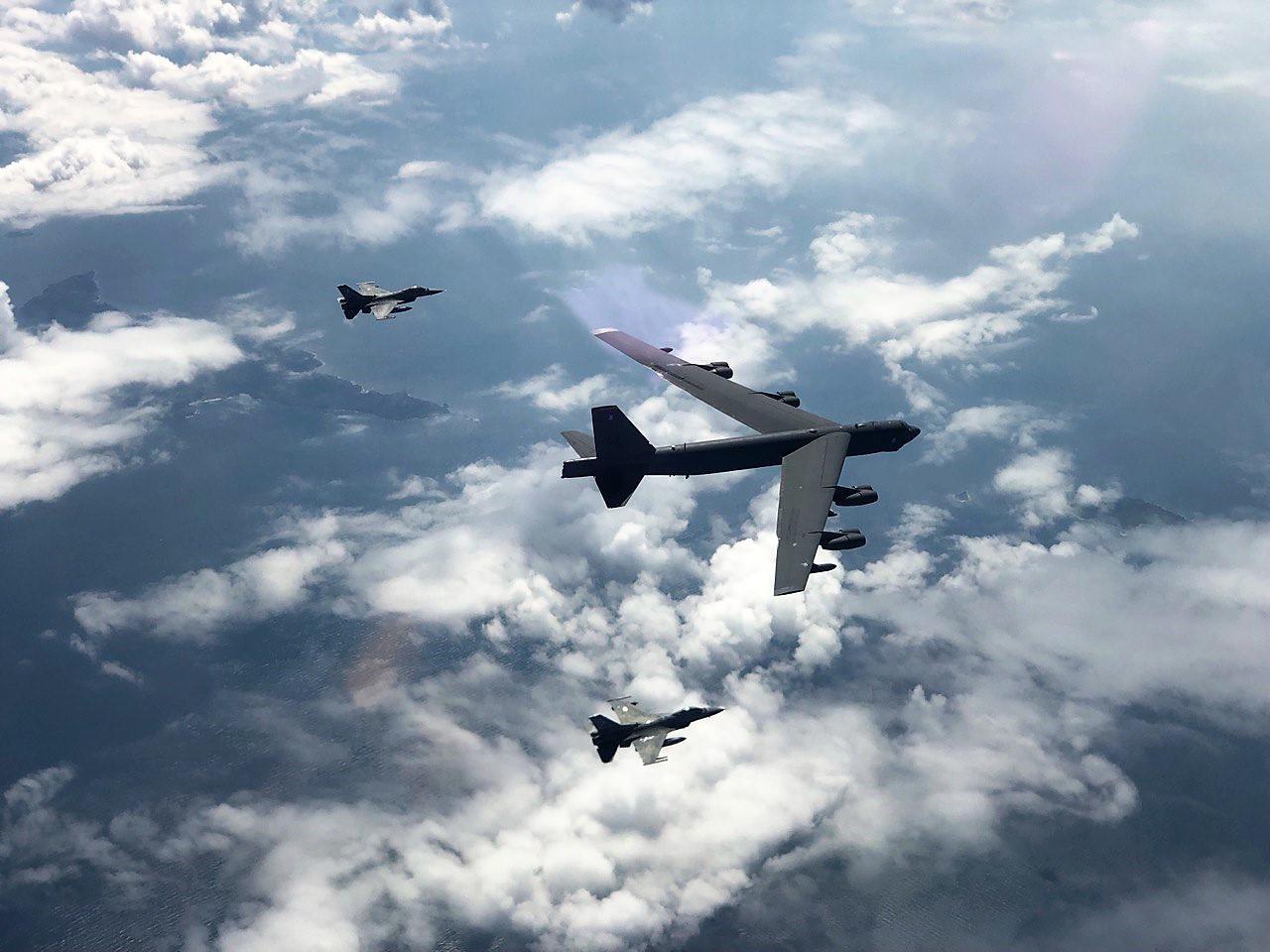 ellinika-f-16-petaxan-me-vomvardistiko-b-52-tis-usaf-eikones9