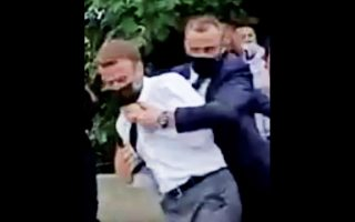 Σε φωτογραφία από ερασιτεχνικό βίντεο, άνδρας της ασφάλειας του Εμ. Μακρόν τον απομακρύνει μετά την εναντίον του επίθεση (φωτ. BFMTV/ReutersTV via REUTERS ).