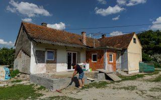 Ένας Κροάτης καθαρίζει το σπίτι που μόλις αγόρασε για 13 λεπτά του ευρώ (φωτ. Reuters)