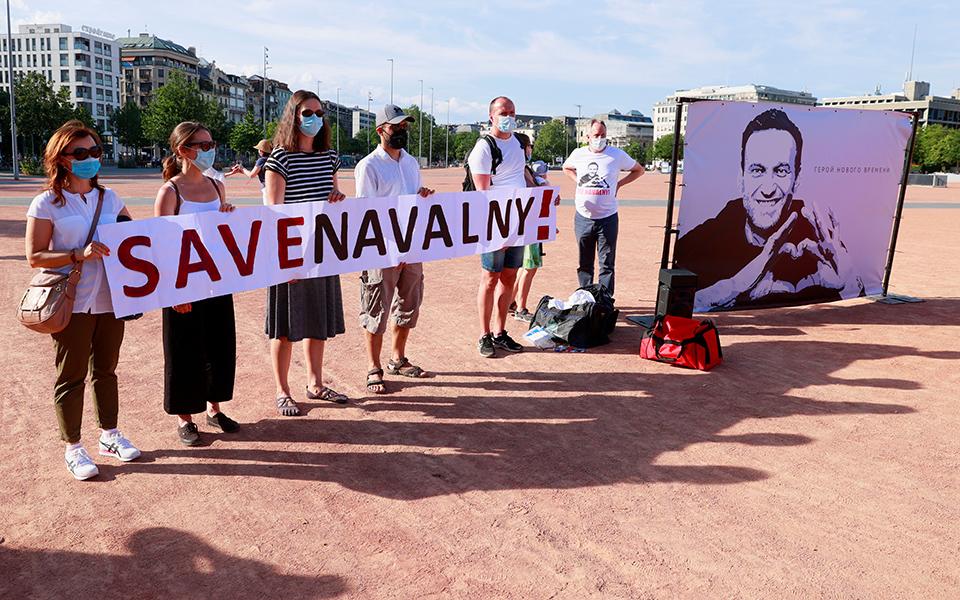 aktivistis-poytin-diadilonei-sti-geneyi-yper-tis-apeleytherosis-toy-navalni-eikones7