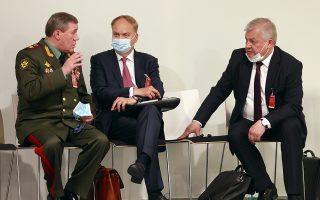 Ο Ανατόλι Αντόνοφ (Κ), με αξιωματούχους της ρωσικής αντιπροσωπείας, πριν τη συνάντηση Πούτιν - Μπάιντεν στη Γενεύη (φωτ. Reuters)