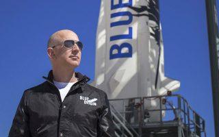 O ιδρυτής της εταιρείας Blue Origin, Τζεφ Μπέζος, επιθεωρεί τις εγκαταστάσεις εκτόξευσης διαστημικού πυραύλου λίγο πριν από την παρθενική του πτήση στο δυτικό Τέξας (φωτ. EPA / BLUE ORIGIN ).