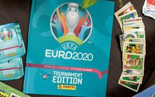 ΤΟ ΚΑΙΝΟΥΡΓΙΟ άλμπουμ της Panini για το Euro 2020 ανάμεσα σε παλιά άλμπουμ και διπλά από προηγούμενες διοργανώσεις. Ανοιχτό το άλμπουμ του Euro 1992 στη σελίδα της πρωταθλήτριας Δανίας. (Φωτογραφία: ΙΩΑΝΝΑ ΧΡΟΝΟΠΟΥΛΟΥ)