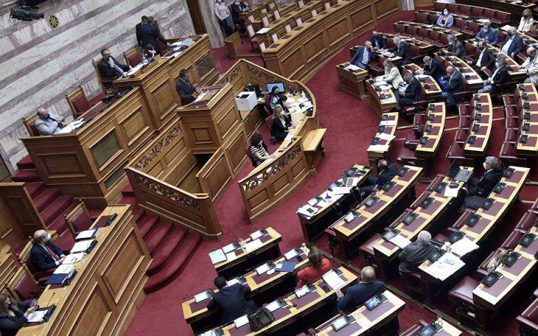 Η χθεσινή κοινοβουλευτική μάχη επί του εργασιακού νομοσχεδίου ανέδειξε τα ρήγματα στους κόλπους της ευρύτερης Κεντροαριστεράς, η ύπαρξη των οποίων δεν εξυπηρετεί το κεντρικό σχέδιο του ΣΥΡΙΖΑ να έχει πρωταγωνιστικό ρόλο στη δημιουργία ενός «προοδευτικού μετώπου» κατά της κυβέρνησης (φωτ. INTIME NEWS).