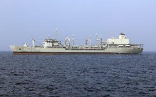 Φωτ. αρχείου: Iranian army via AP. Το πλοίο εφοδιασμού Kharg τυλίχτηκε στις φλόγες υπό αδιευκρίνιστες συνθήκες και τελικά βυθίστηκε στην Θάλασσα του Ομάν