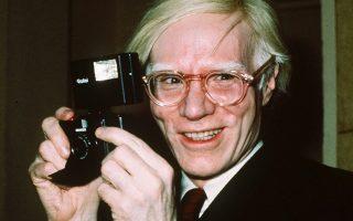 Φωτ. αρχείου AP/Richard Drew: 1976 - Ο Αντι Γουόρχολ «ποζάρει» με την κάμερά του στη Νέα Υόρκη